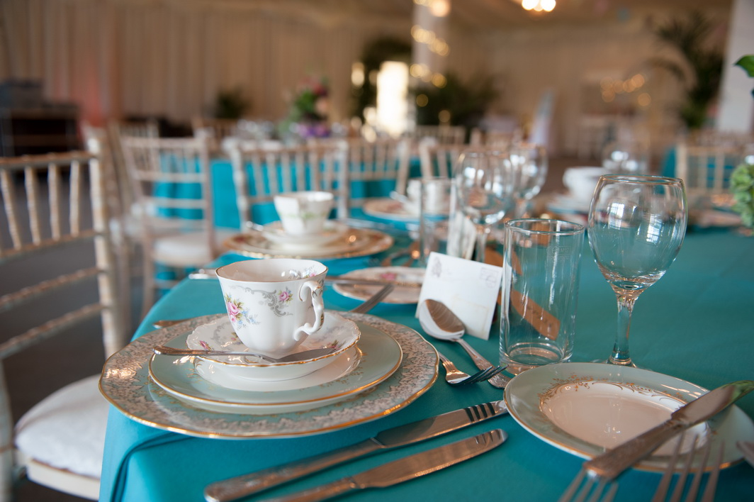 royal blue themed wedding tables with vintage tea set decoration